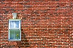 Fondo e finestra rossi del muro di mattoni Fotografia Stock Libera da Diritti