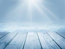 Fondo e invierno de madera azules La Navidad Rayos y nieve de Sun Fondo del Año Nuevo Imagenes de archivo