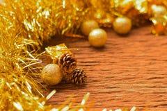 Fondo e pigne del contenitore di regali di Natale con le decorazioni o Immagini Stock