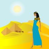 Fondo egiziano con la donna e le piramidi antiche Fotografia Stock Libera da Diritti
