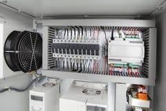 Fondo eléctrico, centralita telefónica del voltaje con los disyuntores imagenes de archivo