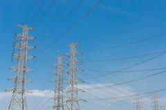 Fondo eléctrico de alto voltaje del cielo azul de la torre Foto de archivo libre de regalías