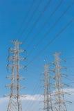Fondo eléctrico de alto voltaje del cielo azul de la torre Imagenes de archivo