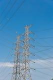 Fondo eléctrico de alto voltaje del cielo azul de la torre Imágenes de archivo libres de regalías
