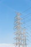 Fondo eléctrico de alto voltaje del cielo azul de la torre Fotos de archivo libres de regalías