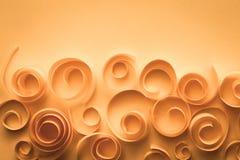 Fondo elegante d'annata con le spirali ed i turbinii di carta, arte di carta; concetto della carta anniversario/di nozze fotografia stock