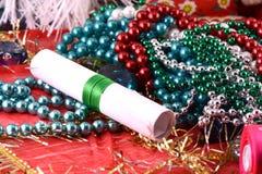 Fondo elegante de la Navidad con las decoraciones de la Navidad y la tarjeta de la invitación Imagenes de archivo