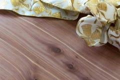 Fondo elegante del día de fiesta de la Navidad con el arco blanco y metálico del oro en la madera rica del cedro Foto de archivo libre de regalías