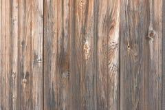 Fondo en estilo un rústico de viejos tableros sin pintar de madera con los nudos Fotos de archivo