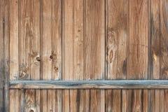 Fondo en estilo un rústico de viejos tableros sin pintar de madera verticales Imagen de archivo libre de regalías