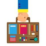 Fondo en un estilo plano con un interior del bolso de escuela de la mano que lleva que las pinturas, lápiz, pluma, lupa, regla, c Foto de archivo
