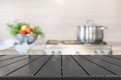 Fondo enmascarado Cocina moderna con el tablero de la mesa de madera vacío y espacio para usted fotos de archivo libres de regalías