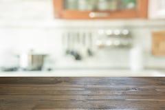 Fondo enmascarado Cocina moderna con el tablero de la mesa y espacio para usted fotos de archivo libres de regalías