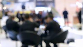 Fondo enmascarado Hombres de negocios que se sientan en la tabla almacen de metraje de vídeo