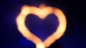 Fondo enmascarado Una fan de la demostración, en el fondo de fuegos artificiales, las quemaduras de corazón del metal metrajes