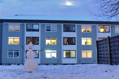 Fondo estacional con el muñeco de nieve feliz foto de archivo