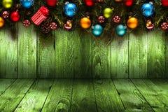 Fondo estacional de la Feliz Año Nuevo 2017 con el pino verde de madera real, las chucherías coloridas de la Navidad, el boxe del Fotografía de archivo libre de regalías