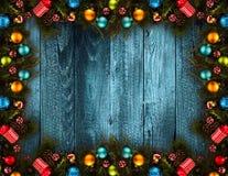 Fondo estacional de la Feliz Año Nuevo 2017 con el pino verde de madera real, las chucherías coloridas de la Navidad, el boxe del Imagenes de archivo