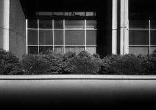 Fondo estricto blanco y negro de la simetría de la arquitectura fotos de archivo libres de regalías