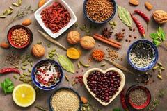 Fondo estupendo de la comida, una variedad de cereales, legumbres, especias, hierbas, nueces Diversos condimentos para cocinar en fotos de archivo