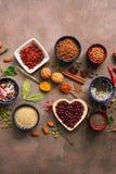 Fondo estupendo de la comida, una variedad de cereales, legumbres, especias, semillas, hierbas, nueces Diversos condimentos para  foto de archivo