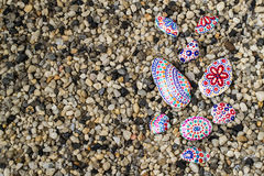 Fondo eterogeneo con i ciottoli del mare e pietre dipinte a mano e s Fotografia Stock Libera da Diritti