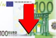 Fondo euro del dinero y flecha roja abajo Fotografía de archivo