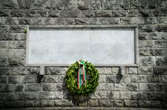 Fondo fúnebre de la corona del espacio en blanco conmemorativo italiano de la piedra fotografía de archivo libre de regalías