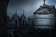 Fondo fantasmagórico de Halloween con el cuervo, tumbas bajo la forma de chpe Imagen de archivo libre de regalías