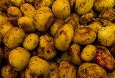 Fondo fatto di intere patate al forno Fotografie Stock Libere da Diritti