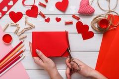 Fondo fatto a mano dell'album per ritagli di giorno di S. Valentino, carta dei cuori di taglia incolla Fotografia Stock Libera da Diritti