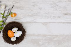 Fondo felice della decorazione di pasqua, uova nel nido Immagine Stock Libera da Diritti