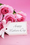 Fondo feliz de las rosas del rosa del día de madres Imagen de archivo