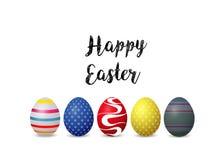 Fondo feliz de pascua con los huevos de Pascua coloridos en el fondo blanco foto de archivo libre de regalías