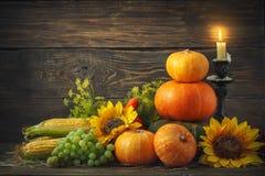 Fondo feliz del día de la acción de gracias, tabla de madera, adornados con las verduras, las frutas y las hojas de otoño Fondo d Imagen de archivo