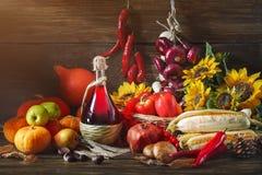 Fondo feliz del día de la acción de gracias, tabla de madera, adornados con las verduras, las frutas y las hojas de otoño Fondo d Imagen de archivo libre de regalías