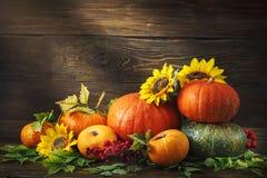 Fondo feliz del día de la acción de gracias, tabla de madera, adornados con las verduras, las frutas y las hojas de otoño Fondo d Foto de archivo