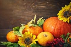 Fondo feliz del día de la acción de gracias, tabla de madera, adornados con las verduras, las frutas y las hojas de otoño Fondo d Foto de archivo libre de regalías