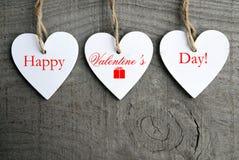Fondo feliz del día de tarjetas del día de San Valentín Corazones de madera blancos decorativos en fondo de madera rústico gris c Imágenes de archivo libres de regalías
