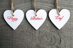 Fondo feliz del día de tarjetas del día de San Valentín Corazones de madera blancos decorativos en fondo de madera rústico gris c Imagen de archivo
