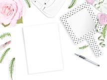 Fondo femenino blanco Endecha plana Cuaderno, pluma, rosas rosadas, espejo, hojas, regalo, bolso Lugar para el texto Mente alegre Imágenes de archivo libres de regalías