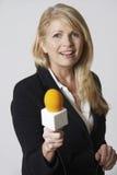 Fondo femenino del blanco de With Microphone On del periodista Fotos de archivo