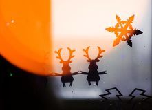 Fondo festivo con el copo de nieve y los ciervos para la enhorabuena en la Navidad y el Año Nuevo fotografía de archivo
