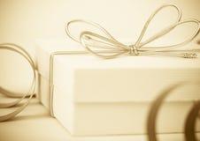 Fondo festivo con el regalo Foto de archivo libre de regalías