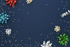 Fondo festivo con gli archi colorati di tirata del regalo Fotografie Stock