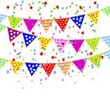 Fondo festivo con las pequeños banderas y confeti brillantes Fotos de archivo libres de regalías