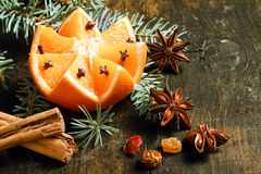 Fondo festivo de la Navidad con una naranja fresca Foto de archivo libre de regalías