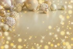 Fondo festivo de la Navidad del oro Decoración de oro de la bola de la Navidad imágenes de archivo libres de regalías