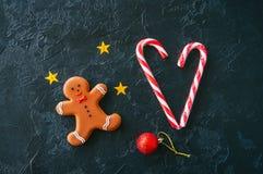Fondo festivo de la Navidad, hombre de pan de jengibre, bastones de caramelo, st Fotografía de archivo libre de regalías