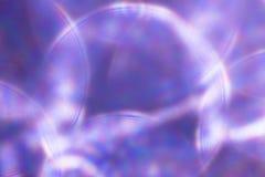 Fondo festivo de las luces metálicas púrpuras La Navidad abstracta centelleó fondo brillante con las luces de plata defocused del Fotos de archivo